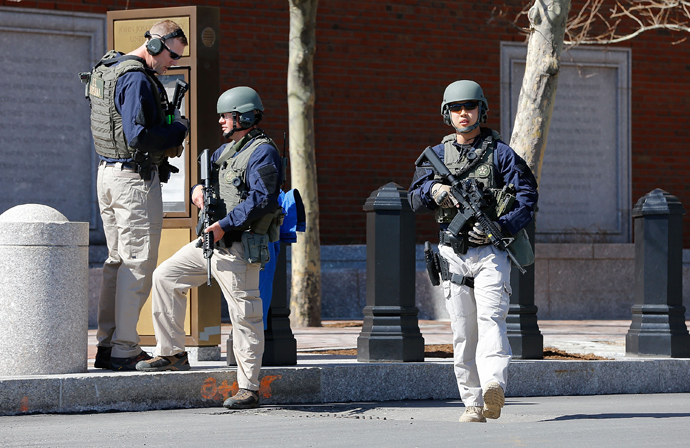 Homeland Security, U.S. Marshals, and the Boston Police Department evacuate the John Joseph Moakley United States Courthouse on April 17, 2013 in Boston, Massachusetts (Jared Wickerham / Getty Images / AFP)