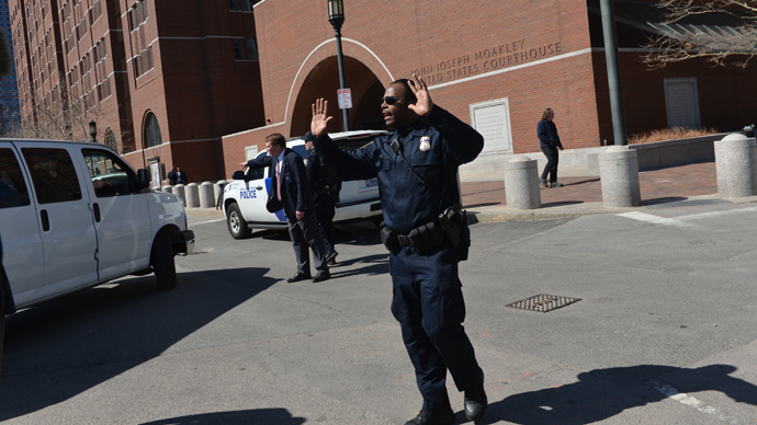 Police at the Moakley Federal Courthouse in Boston on April 17, 2013, leorder people away from the courthouse as the building is evacuated (AFP Photo / Stan Honda)
