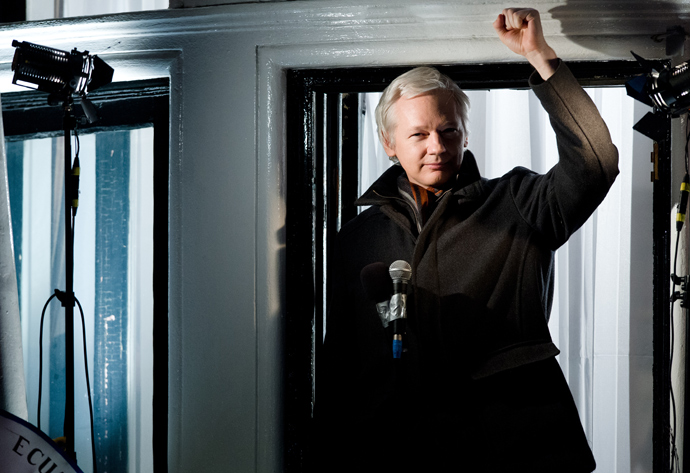 Wikileaks founder Julian Assange gestures as he addresses members of the media and supporters from the window of the Ecuadorian embassy in Knightsbridge, west London on December 20, 2012 (AFP Photo / Leon Neal)