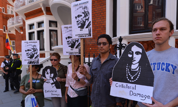 Supporters of Wikileaks founder Julian Assange rally with placards outside Ecuador's embassy in central London on June 20, 2012, where Assange is seeking political asylum as he fights extradition to Sweden over alleged sex crimes (AFP Photo / Carl Court)