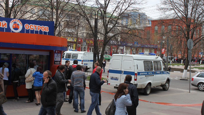 Police cars at the cordoned-off scene of the Belgorod shooting on April 22, 2013 (RIA Novosti / Alexey Dvorkin)
