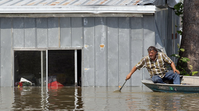 Everett Rodgers attempts to retrieve belongings from his flooded home along the Yazoo River near Yazoo City May 22, 2011 in Yazoo County, Mississippi (Mario Tama/Getty Images/AFP)