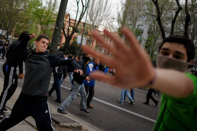 Protestors throw projectiles at anti-riot policemen during an anti-government demonstration in Madrid on April 25, 2013 (AFP Photo / Pedro Armestre)