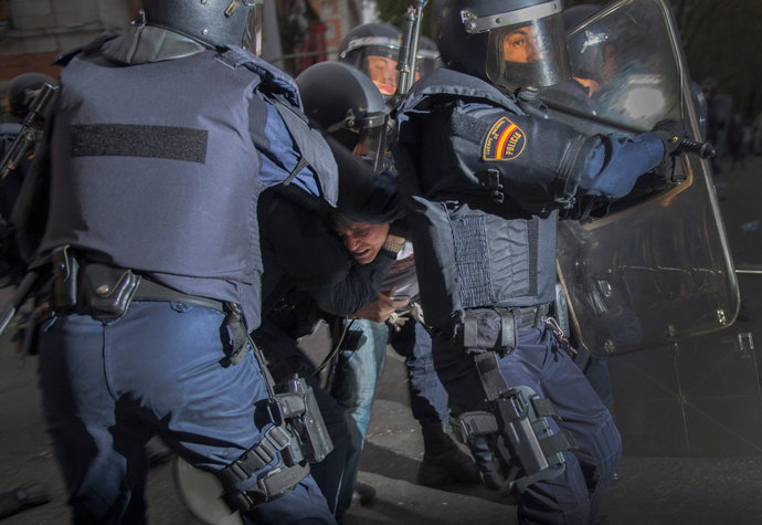 Anti-riot policemen arrest a man as they clash with demonstrators trying to besiege the Spain's parliament (Las Cortes) during an anti-government demonstration in Madrid on April 25, 2013 (AFP Photo / Dani Pozo)