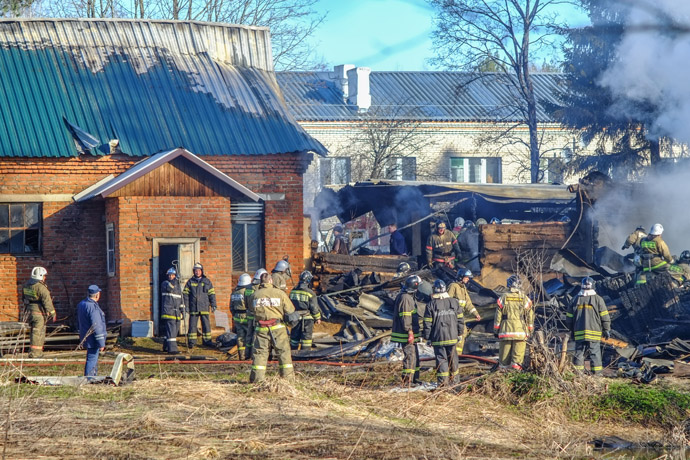 Emergency response team working on the fire scene at a mental hospital in the village of Ramensky. (RIA Novosti/Andrey Stenin)