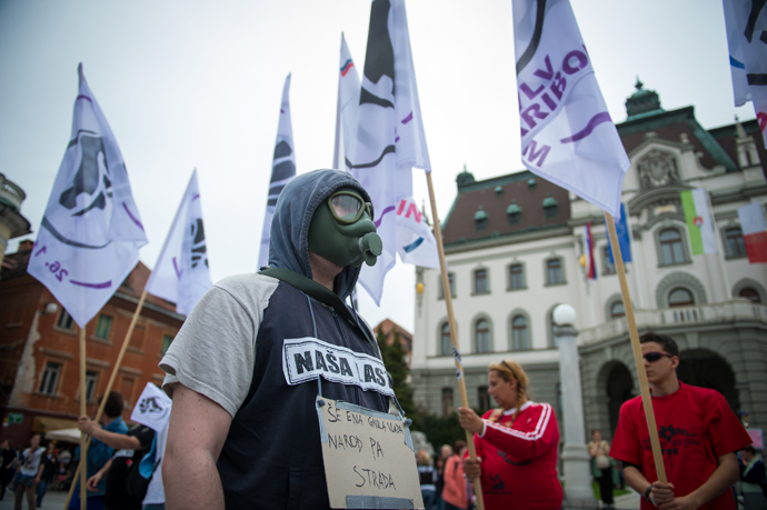 A protester wears a gas mask as he takes part in a protest against corruption in political class in Ljubljana, Slovenia on April 27, 2013 (AFP Photo / Jure Makovec)