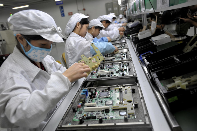 Chinese workers assemble electronic components at the Taiwanese technology giant Foxconn's factory in Shenzhen, in the southern Guangzhou province. (AFP Photo)