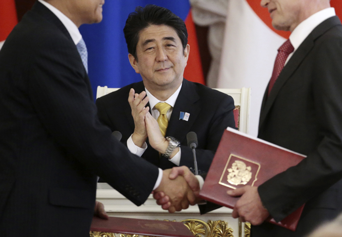 Japanese Prime Minister Shinzo Abe applauds during a signing ceremony in Moscow's Kremlin on Monday, April 29, 2013. (AFP Photo / Ivan Sekretarev)