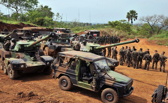 """French troops from the """"Licorne"""" operation based in Abidjan take part in a military exercise with Ivory Coast's Republican Forces (FRCI) on April 6, 2013 in Lomo Sud, about 180 km north of Abidjan. FRCI soldiers are members of the Ivorian logistics battalion due to join the African-led MISMA forces in Mali. (AFP Photo)"""