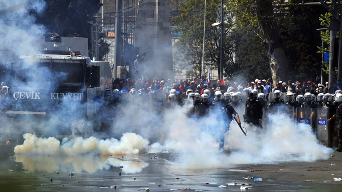 Riot police comfront with protestors during clashes at a May Day demonstration on May 1, 2013, in Istanbul.(AFP Photo / Ozan Kose)