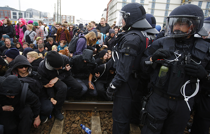 German riot police stop left-wing protestors on the railway tracks during a demonstration against a right-wing rally in Frankfurt, May 1, 2013. (Reuters / Kai Pfaffenbach)