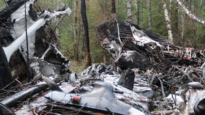 Vintage plane crashes outside Madrid at aerobatics show (VIDEO)