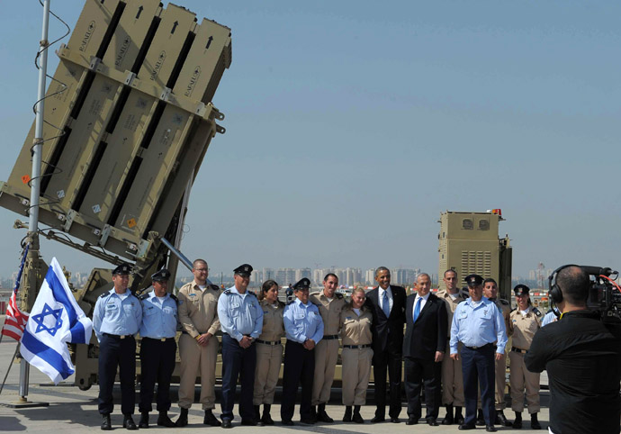 US President Barack Obama and Israeli Prime Minister Benjamin Netanyahu pose with military personnel next to a battery of Iron Dome, a short-range missile defence system, on March 20, 2013 at Ben Gurion International Airport near Tel Aviv. (AFP Photo)