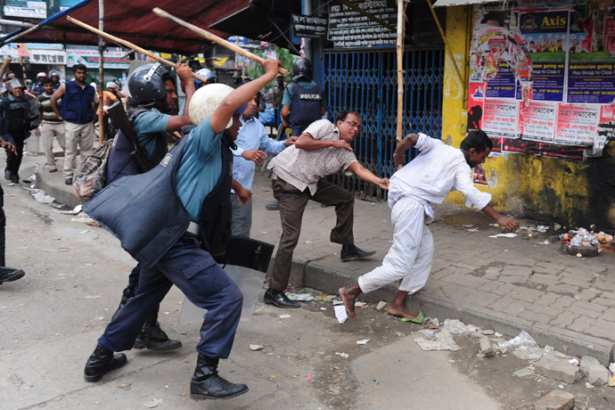 Bangladeshi police baton charge Islamists during clashes in Dhaka on May 5, 2013. (AFP Photo/Munir uz Zaman)