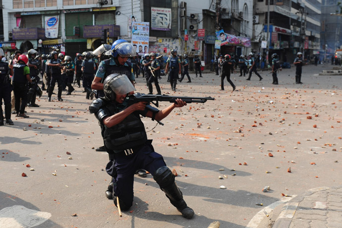 Bangladeshi police fire rubber bullets towards demonstrators during clashes with Islamists in Dhaka on May 5, 2013. (AFP Photo/Munir uz Zaman)