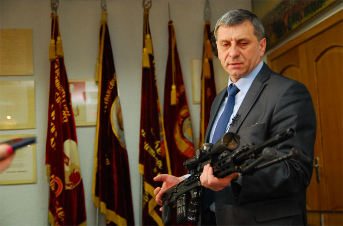 Chief Designer of the Izhmash plant Vladimir Zlobin presenting the new VS-121 sniper rifle (Photo from www.izhmash.ru)