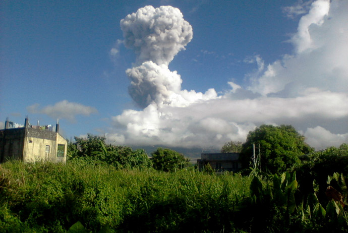 In this handout photo taken on May 7, 2013 and released by PHIVOLCS-DOST volcano Mount Mayon spews a thick column of ash 500 metres (1,600 feet) into the air, as seen from the city of Legazpi, albay province, southeast of Manila. (AFP Photo)