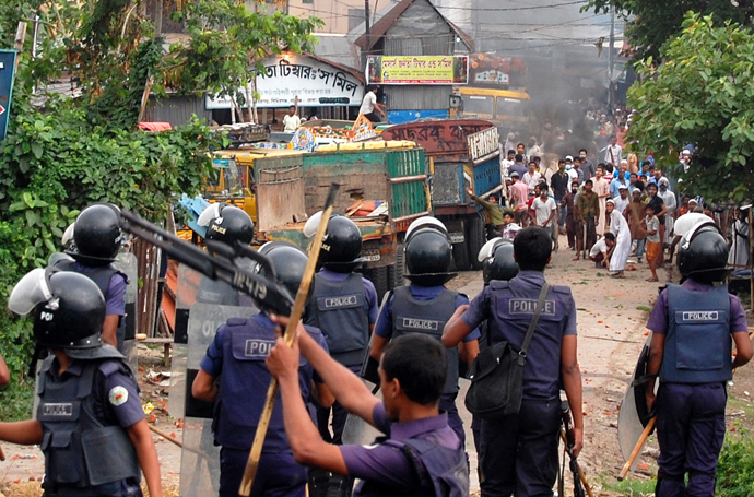 Islamist protestors throw bricks and stones towards Bangladeshi police during clashes in Narayanganj, some 20 kms from Dhaka on May 6, 2013 (AFP Photo)