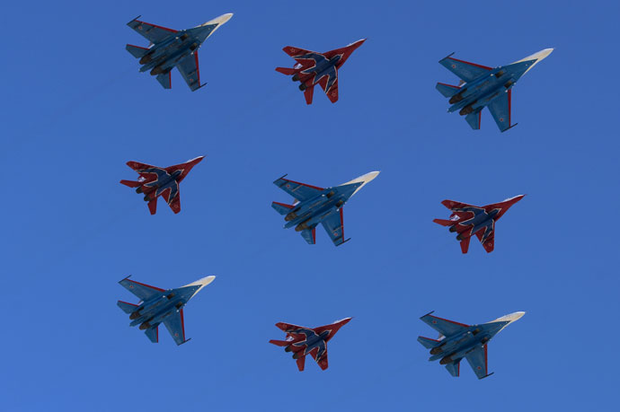 Sukhoi SU-27 aircrafts, steered by Russkiye Vityazi aerobatic team, and MiG-29 aircrafts, steered by Strizhy aerobatic team, fly over the Red Square.(RIA Novosti / Alexander Vilf)