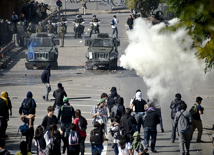 Students clash with riot police during a protest to demand Chilean President Sebastian Pinera's government to improve the public education quality, in Santiago, on May 8, 2013. (AFP Photo / Martin Bernetti)