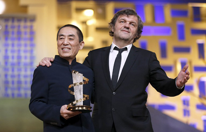 Chinese director Zhang Yimou poses with Serbian film director Emir Kusturica at a tribute on December 2, 2012 during the 12th Marrakesh International Film Festival in Marrakesh. (AFP Photo / Valery Hache)