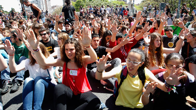 Students block a bridge in protest against the government's cost-cutting reform plans in education as part of austerity measures, during a nationwide general strike called by the education sector in Valencia May 9, 2013.(Reuters / Heino Kalis)