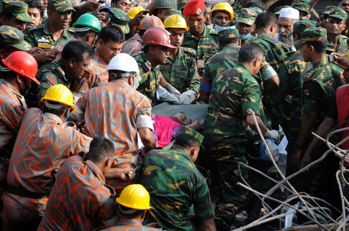 Bangladeshi rescuers retrieve garment worker Reshma from the rubble of a collapsed building in Savar on May 10, 2013, seventeen days after the eight-storey building collapsed. (AFP Photo)