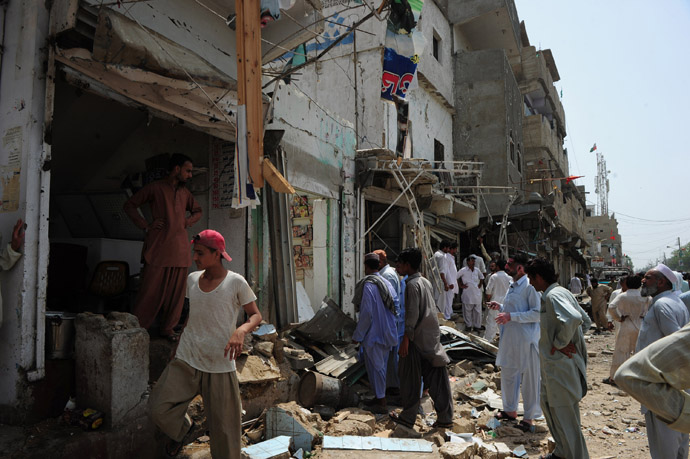 Pakistani residents gather at the site of a bomb explosion in Karachi on May 11, 2013. (AFP Photo)