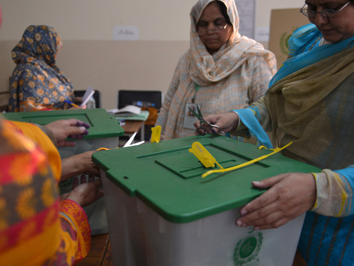Pakistani election officials unlock ballot boxes at the end of polling in Islamabad on May 11, 2013. (AFP Photo)