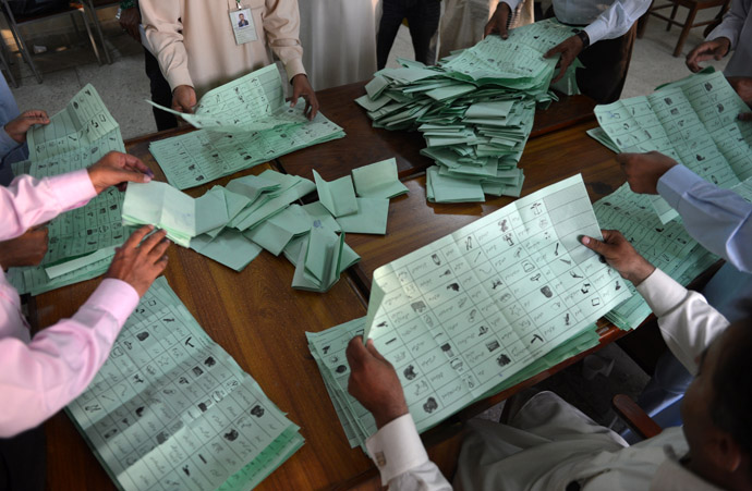 Pakistani election officials count ballot papers at the end of polling in Islamabad on May 11, 2013. (AFP Photo)