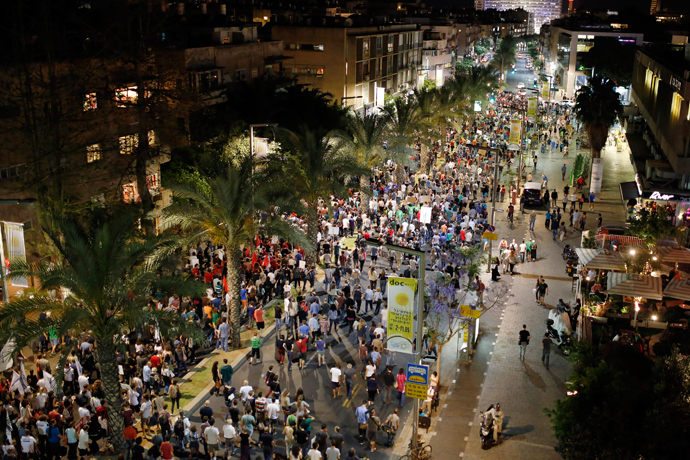 Protesters demonstrate against new austerity measures set to be included in the 2013-2014 national budget at a main junction in Tel Aviv May 11, 2013 (Reuters / Amir Cohen)
