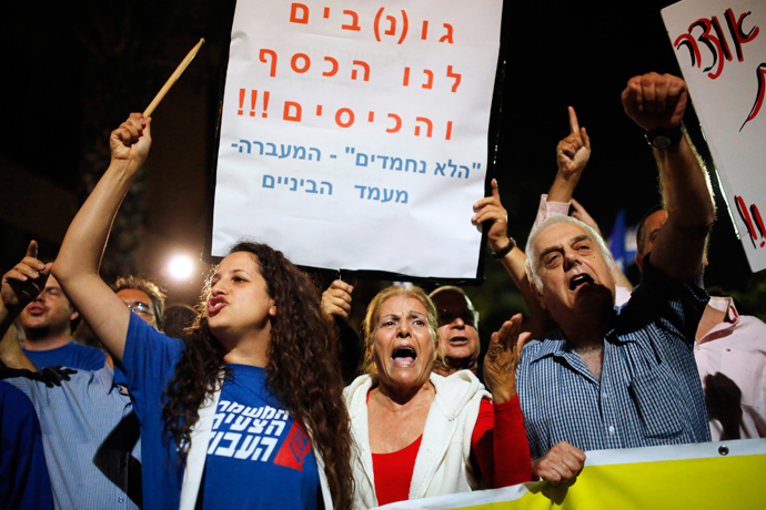 Potesters demonstrate against new austerity measures set to be included in the 2013-2014 national budget at a main junction in Tel Aviv May 11, 2013 (Reuters / Amir Cohen)