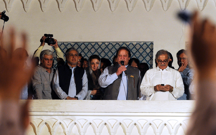 Former Pakistani Prime Minister and head of the Pakistan Muslim League-N (PML-N) Nawaz Sharif (C) is flanked by his brother Shahbaz Sharif (R) as he addresses the supporters after his party victory in general election in Lahore on May 11, 2013 (AFP Photo / Arif Ali)