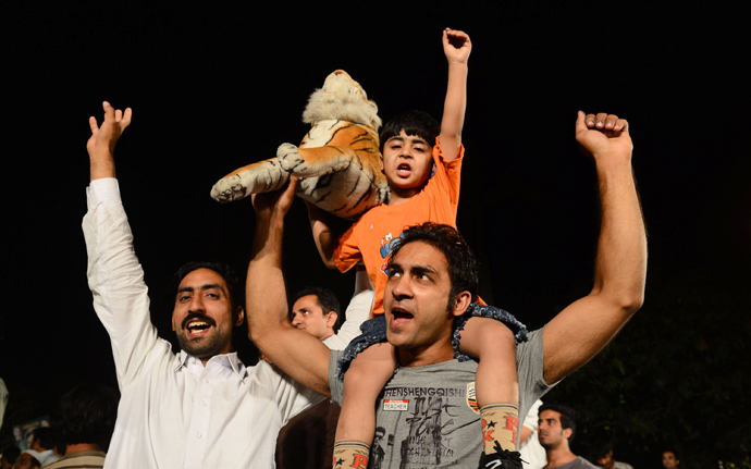 Supporters of former Pakistani Prime Minister and head of the Pakistan Muslim League-N (PML-N) Nawaz Sharif, cheer as they listen to Sharif outside his residence after his party victory in general election in Lahore on May 11, 2013 (AFP Photo / Arif Ali)