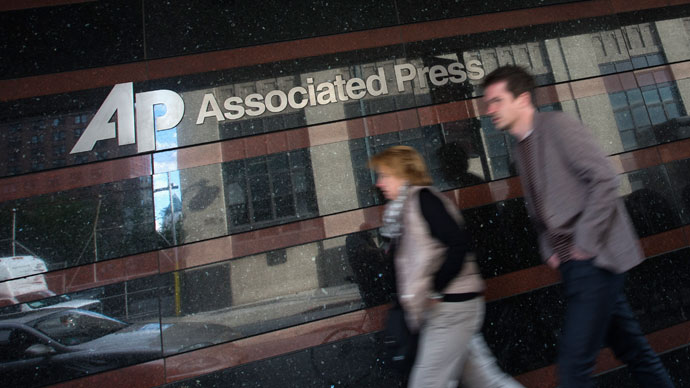 A couple walk past the offices of the Associated Press in Manhattan, New York May 13, 2013. (Reuters / Adrees Latif)