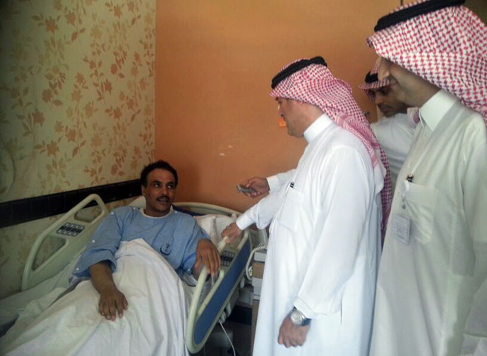 A Saudi health ministry official visits patients infected with a new SARS-like virus at a hospital in the eastern Saudi province of al-Ahsaa on May 13, 2013.(AFP Photo / STR)