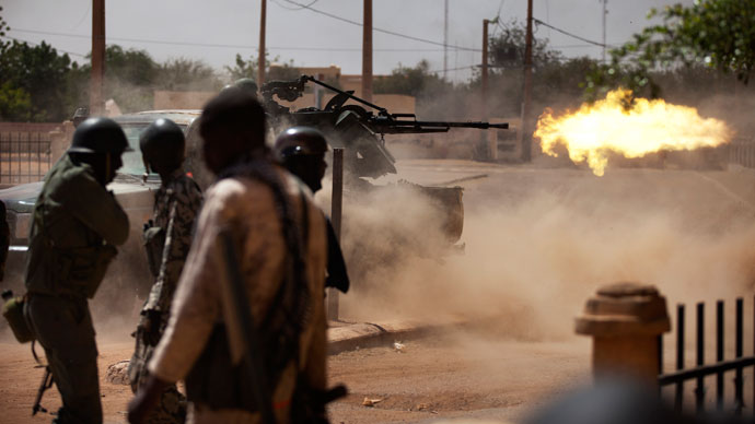 Malian soldiers fire a machine gun in Gao.(Reuters / Joe Penney)