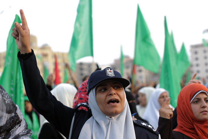 A supporter of the Palestinian Islamic group Hamas raises up her finger on May 9, 2013 in Gaza City (AFP Photo / Mohammed Abed)