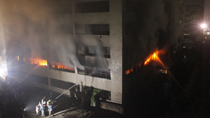 Bangladeshi firefighters attempt to extinguish a blaze at a garment factory in Dhaka early on May 9, 2013 (AFP Photo / STR)