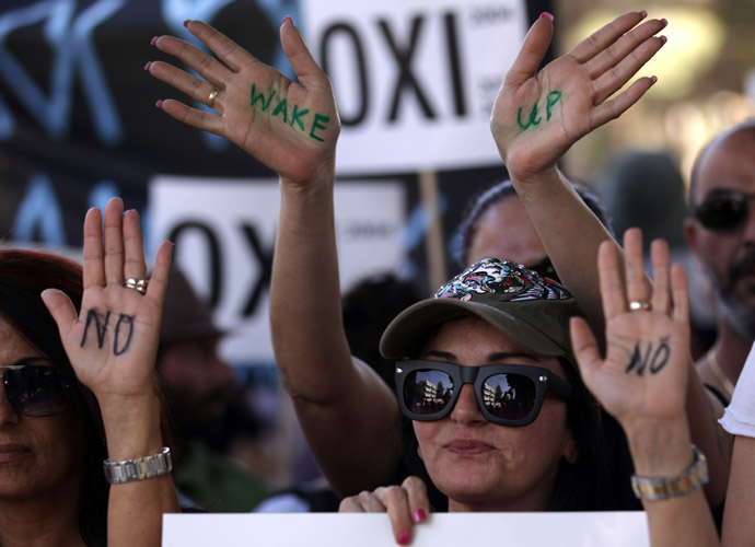 Cypriot women supporters of left-wing political parties hold a protest outside the parliament in the capital Nicosia on April 30, 2013. (AFP Photo)