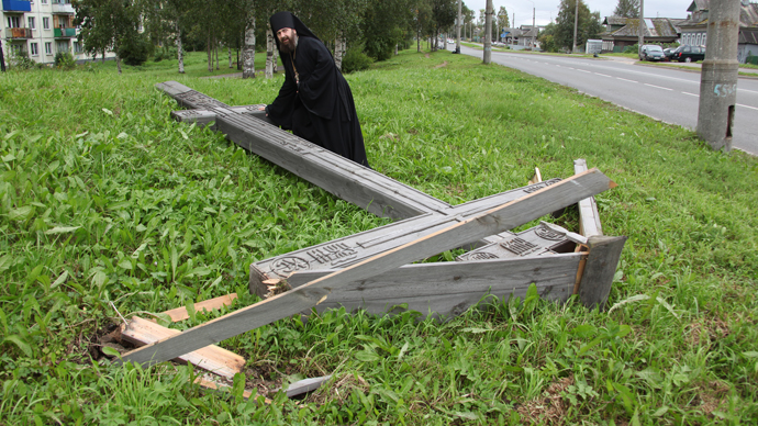 Hegumen Feodosy, the Dean of the Alexander Nevsky Church of the Metochion of the St Artemy Monastery of Verkola, at a worship cross, dedicated to the memory of victims of political repressions in Arkhangelsk, cut down by unidentified vandals. (RIA Novosti)