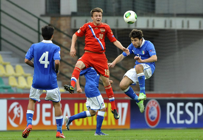 Italy's Giacomo Sciacca (R) vies for the ball with Russia's Aleksandr Golovin (C) during the UEFA European Under 17 Championship final match Italy vs Russia on May 17, 2013 in Zilina. (AFP Photo / Samuel Kubani)