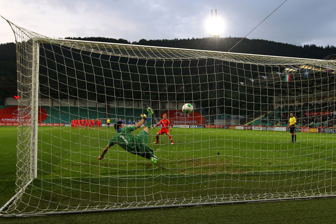 Italy's goalkeeper Simone Scuffet jumps as the ball missed the net during the UEFA European Under 17 Championship final match Italy vs Russia on May 17, 2013 in Zilina. (RIA Novosti / Mikhail Shapaev)