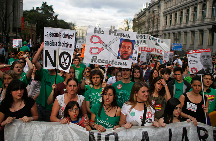 Protesters take part in a demonstration against the government's cost-cutting reform plans in education as part of austerity measures, during a nationwide general strike called by the education sector in Madrid May 9, 2013 (Reuters / Paul Hanna)