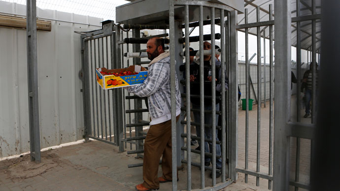 Palestinians cross through Israel's Eyal checkpoint as they return to the West Bank, near Qalqilya.(Reuters / Baz Ratner)