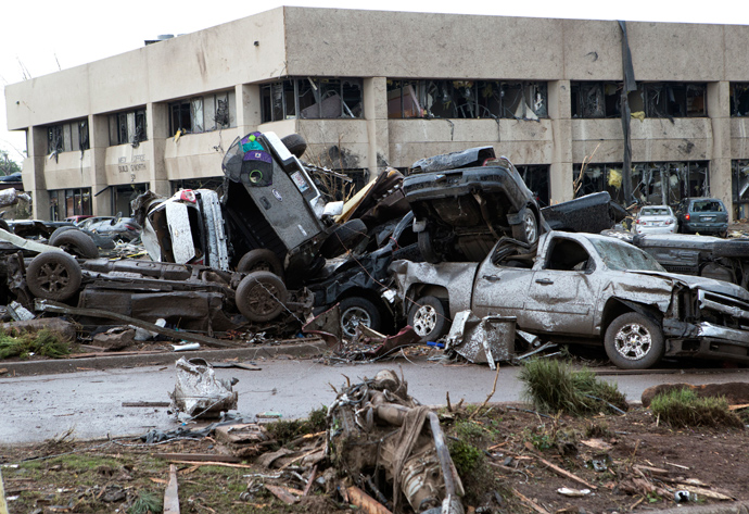 Destroyed vehicles lie on top of each other after a huge tornado struck Moore, Oklahoma, near Oklahoma City, May 20, 2013 (Reuters / Richard Rowe)