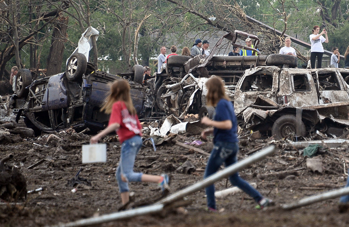 People look through the wreckage of their neighborhood after a tornado struck Moore, Oklahoma, May 20, 2013 (Reuters / Gene Blevins)