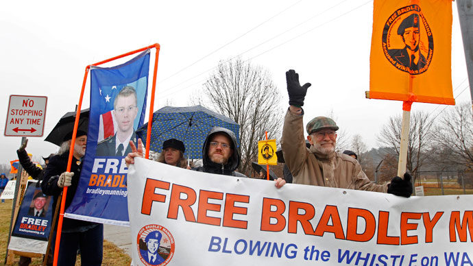 Supporters of U.S. Army Pfc. Bradley Manning protest during his scheduled motion hearing, outside the gates of Fort Meade, Maryland November 27, 2012.(Reuters / Jose Luis Magana)