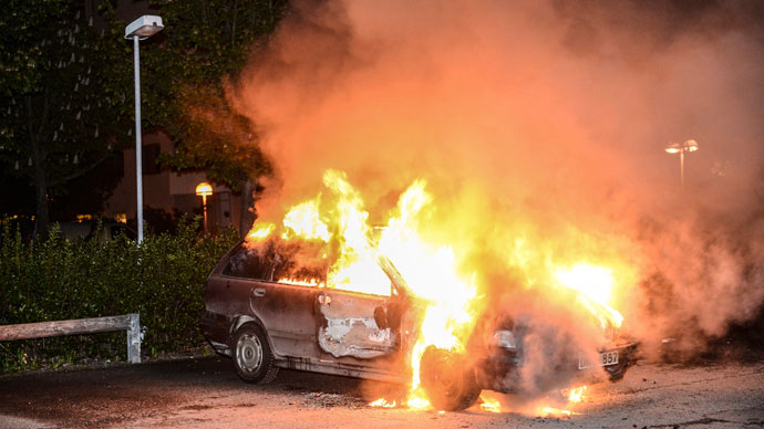 A car set on fire burns, following riots in the Stockholm suburb of Kista late May 21, 2013.(Reuters / Fredrik Sandberg)