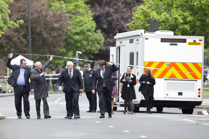 Mayor of London Boris Johnson (C) arrives at a police cordon in Woolwich, London on May 23, 2013, at the site of the murder of a soldier by two suspected Islamists (AFP Photo / Justin Tallis)